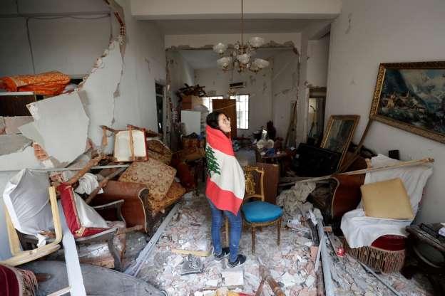 6일 한 레바논 여성이 폭발 피해를 입은 집을 둘러보고 있다 | msn 사진제공