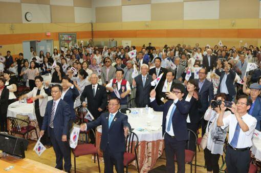 2019년 광복절 기념식에서 만세삼창을 외치는 내빈