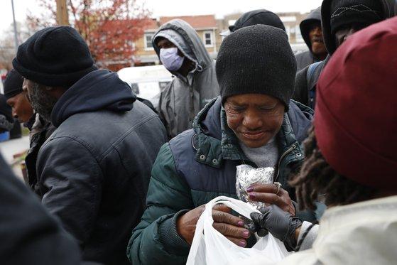 미국 워싱턴주에서 신종 코로나 감염증으로 곤란을 겪는 사람들을 위해 자원봉사자들이 무료 음식을 나누어주고 있다.[AP=연합뉴스]