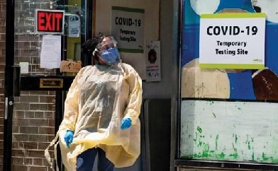 토론토에서 코로나 감염자가 다른 곳에 비해 상대적으로 많이 발생한 이민자 밀집 거주지인 쏜크리프의 쇼핑몰에 설치된 감염진료소 문앞에 방역요원이 방문자를 기다리고 있다.
