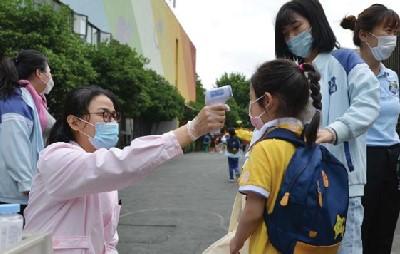 중국 난징에서 방역요원이 어린이들의 체온을 측정하고 있다.