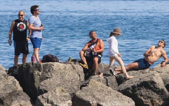 지난주말 본격적인 여름 더위가 시작되자 젊은이들이 온주 호수가 주변에서 여름 시즌을 즐기고 있다.