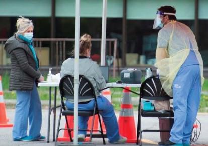 토론토 동부 스카보로에 설치된 진료소에서 주민들이 감염 여부 검사를 받고 있다.