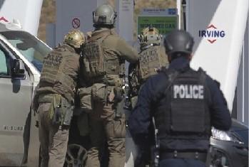 19일 연방경찰이 노바스코샤 총기 난사의 용의자인 개브리엘 워트먼(51)과 대치하고 있다. 경찰은 총기를 소지한 워트먼이 저항하자 그를 사살했다.
