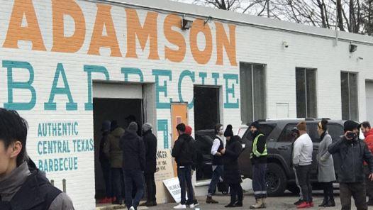 24일 토론토 이토비코의 '아담슨 바베규' 식당 업주가 실내영업을 강행한 가운데 지역 주민들이 줄을 서 있다.
