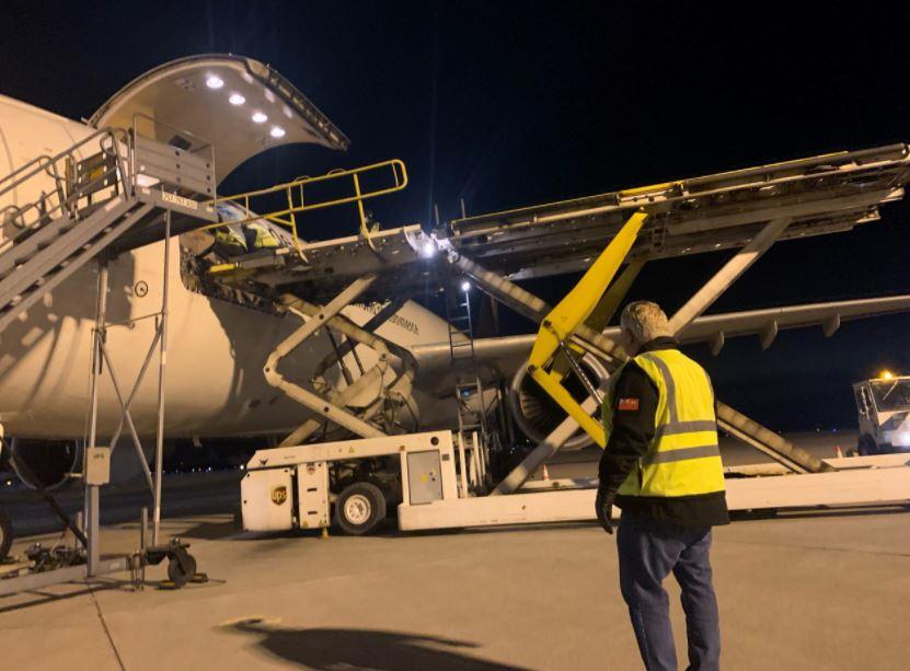 12월 13일 일요일 저녁 더그포드 온주 총리가 해밀턴 공항에서 화이자 백신 하적작업을 지켜보고 있다 (사진-680news)