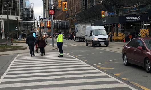 18일 토론토시는 교통법 위반행위에 대한 단속 권한을 부여받은 청원경관을 다운타운 주요 교차로에 배치했다