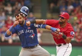 복수 당하는 '빠던'=15일 열린 토론토 블루제이스와 텍사스 레인저스 경기에서 격렬한 난투극이 벌어졌다. 오도어(우)가 바티스타의 턱에 강력한 오른손 스트레이트를 꽂아 넣고 있다.