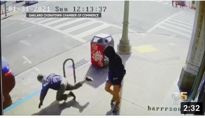 아시아계 노인을 밀쳐 넘어트리는 증오 범죄 사건 현장 [유튜브 동영상 캡처]