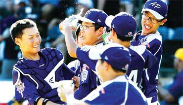 29년만에 통산 세번째 정상에 등극한 한국팀 선수들이 마운드에서 환호하고 있다.