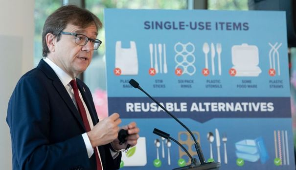 지난 7일 조나단 윌킨스 연방환경장관이 플라스틱용품 퇴출 방침을 설명하고 있다.