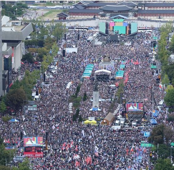 조국 법무부 장관의 사퇴를 요구하는 보수단체 집회가 3일 서울 광화문광장~서울역에서 열렸다. '반(反) 조국' 및 문재인 정권 규탄을 내건 이날 범보수 세력의 집회에는 수많은 시민이 몰렸다. 임현동 기자