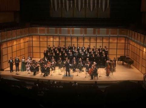 합창단 39주년 정기 가을 공연에서 한인합창단을 비롯한 여러 공연자들이 김훈모 박사의 지휘에 맞춰 공연하고 있다.