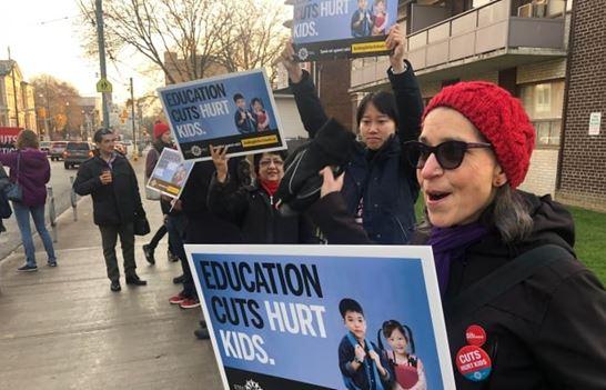 온주 고교 교사들이 4일 하루 전면파업에 돌입한 가운데 이날 토론토의 퀸빅토리아공립학교 앞에서 교사들이 피켓을 들고 시위를 벌이고 있다.