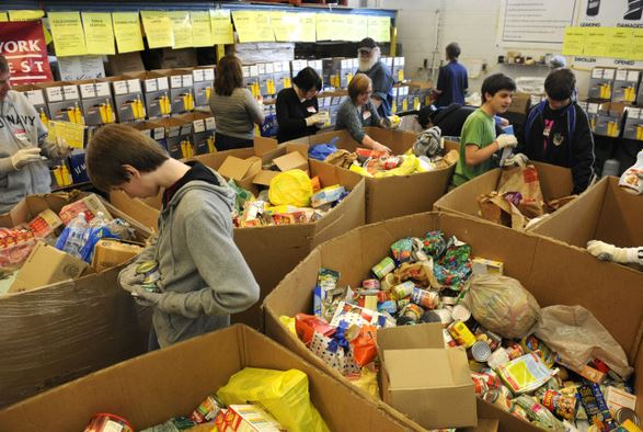 빈곤층을 대상으로 먹거리를 제공하는 온주 푸드뱅크에서 자원봉사자들이 식품을 분류하고 있다.