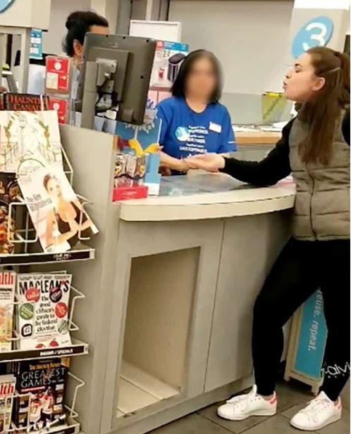 지난 10월28일 브리티시 컬럼비아 버나비의 한 약국에서 백인 여성 고객이 중국계로 알려진 종업원에게 인종비하의 욕설을 퍼붓고 있는 동영상 장면.