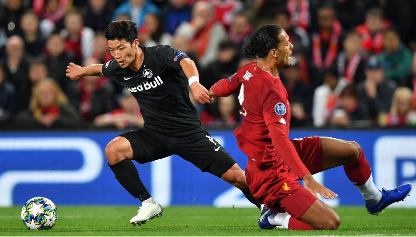 잘츠부르크 공격수 황희찬(왼쪽)이 3일 유럽 챔피언스리그에서 리버풀 수비수 판데이크를 제치고 첫골을 터트리고 있다. [AFP=연합뉴스]