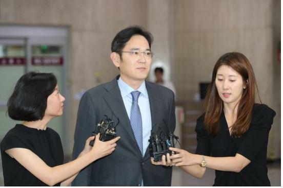 이재용 삼성전자 부회장이 일본 출장을 마친 지난 7월 서울 강서구 김포국제공항에 도착해 취재진의 질문을 받고 있다. [뉴스1]