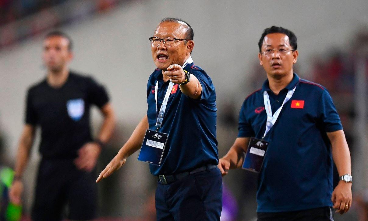박항서(가운데) 베트남축구대표팀 감독이 10일 말레이시아와 월드컵 예선에서 지시를 하고 있다. [AFP=연합뉴스]