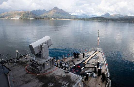 미 해군 상륙함 컴스톡함(LSD-45)이 AECE 훈련을 위해 알래스카 코디악 항구에 입항하고 있다. [사진 밀리터리닷컴]