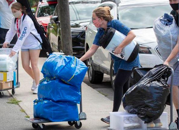 온타리오주 대학들의 개강을 앞두고 대학생들이 기숙사에 들어가고 있다. 대부분의 대학들은 대면수업 대신 온라인 강의를 진행한다.