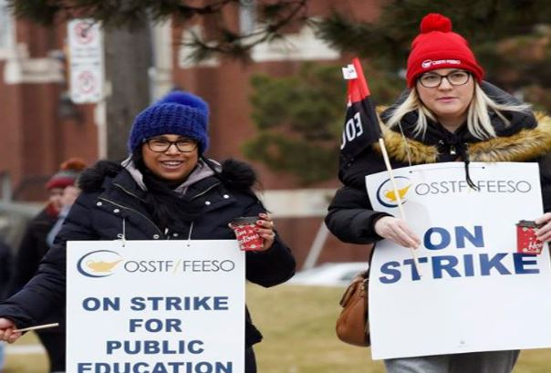 15일 토론토의 고교교사들이 '하루 전면 파업'을 감행하며 시위를 벌이고 있다.
