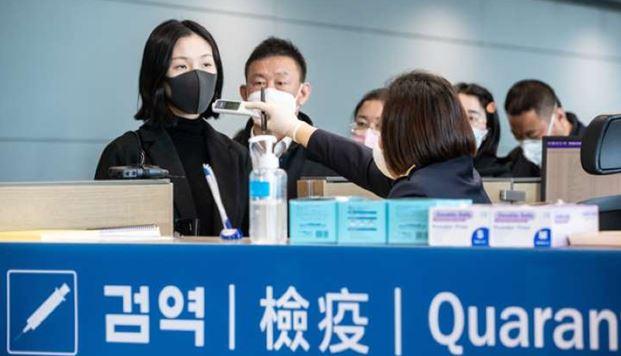 인천공항 출입국 관리요원이 입국자들에 대한 체온 검사를 하고 있다.