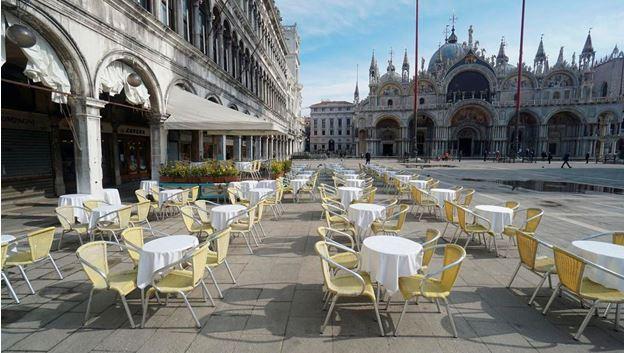 이탈리아정부가 전국에 걸쳐 휴교령과 휴업령 등 강력한 통제조치를 발동한 가운데 관광명소인 밀란에서 한 식당이 텅 비어있다.