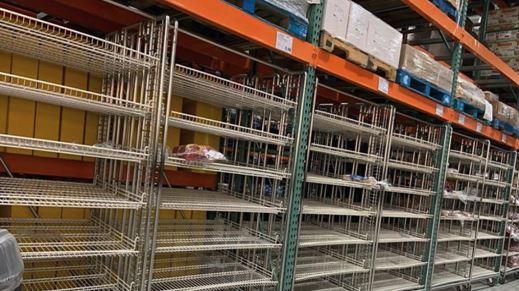 토론토의 대형 할인점 매장에서 사재기 현상이 일어나 선반이 텅비어 있다.