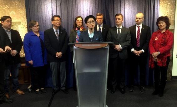 29일 토론토시청에서 존 토리 시장과 중국계 커뮤니터 지도자들이 참석한 가운데 '우한폐렴'사태로 인한 인종차별-편견을 경계하는 기자회견이 열렸다. 이 자리에서 아미 고 변호사가 발언을 하고 있다.