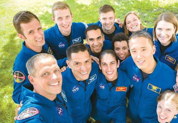 지난해 8월7일 조니 김씨(맨 오른쪽)가 우주비행사 프로그램 중 동료들과 단체 사진을 찍고 있다.