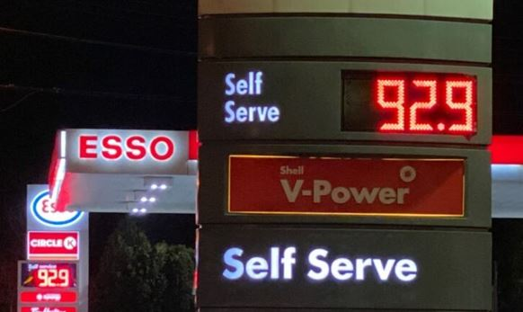 11일 아침 광역토론토의 한 주유소에 보통유 리터당 휘발유값이 92.9센트로 고시돼 있다.