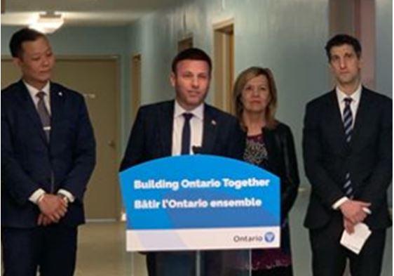 지난 20일 로만 바버 온주보수당의원이 크리스틴 엘리오트 보건장관과 함께 브랜슨 병원 재 개설 계획을 발표하고 있다.